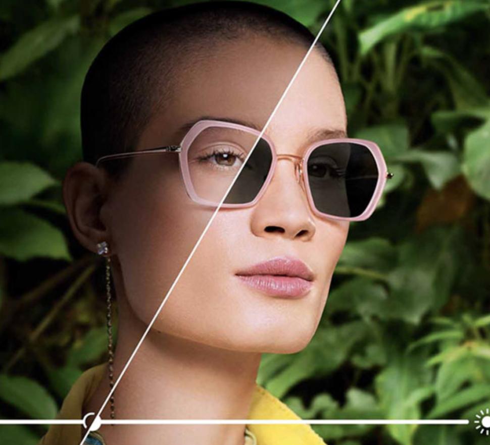 Samozabarvovací dioptrická skla žena s růžovými brýlemi