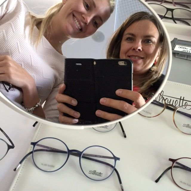 ženy fotí v prodejně brýlí brýle Silhouette Optika Anděl