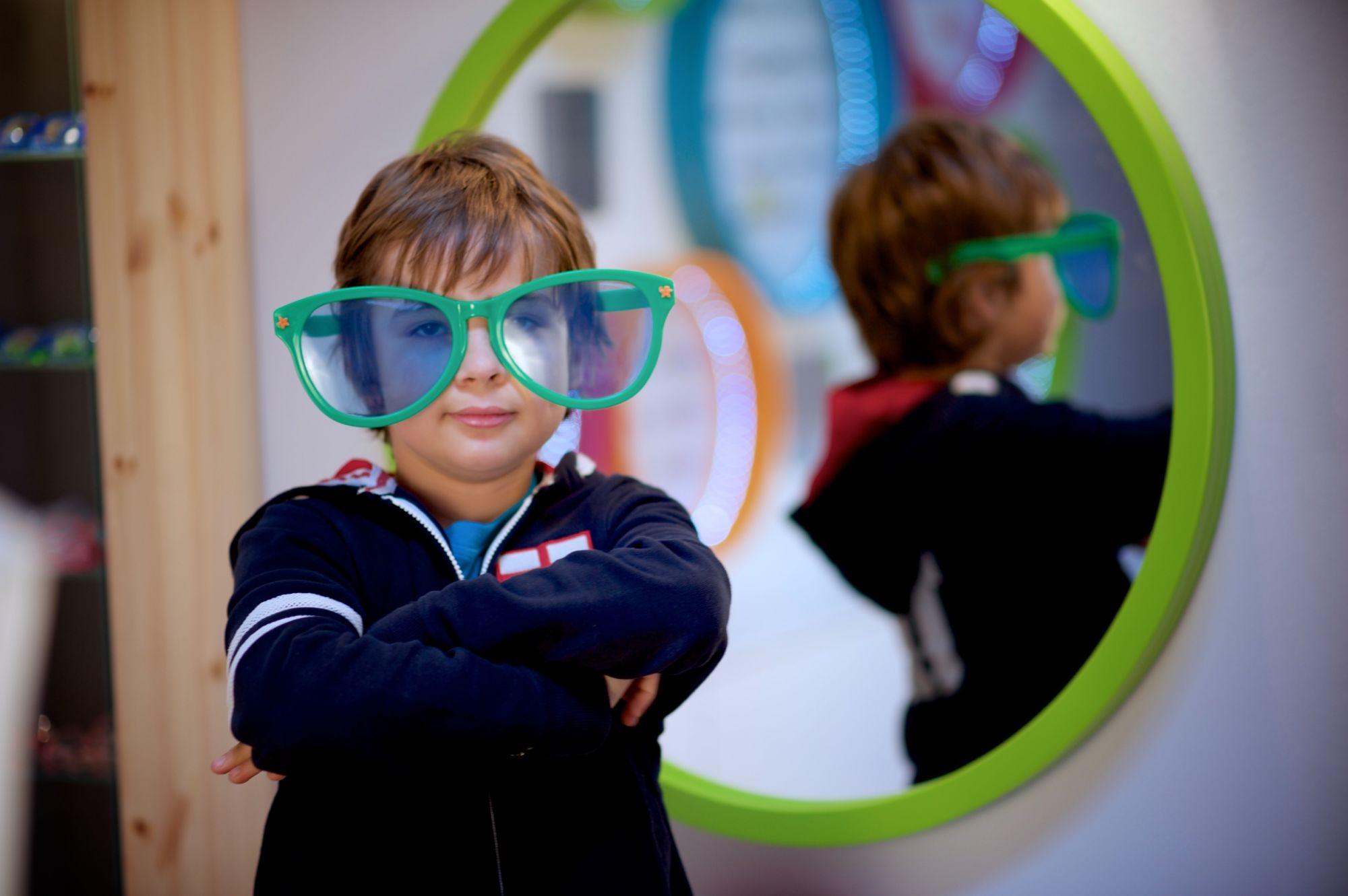 Dětská optika chlapec s velkými zelenými brýlemi