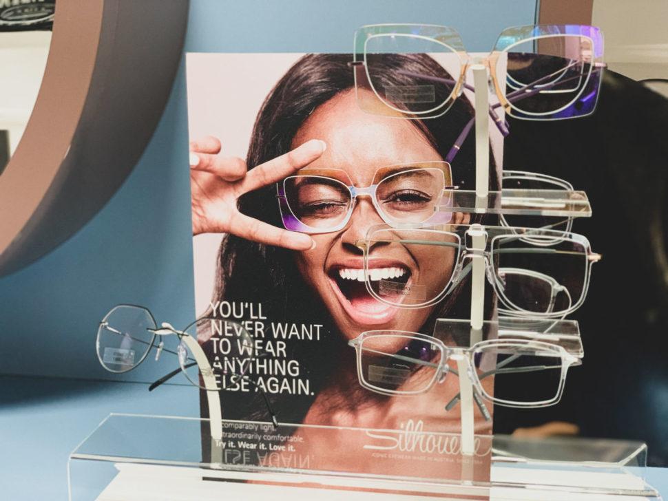 stojan sdioptrickými brýlemi Silhouette