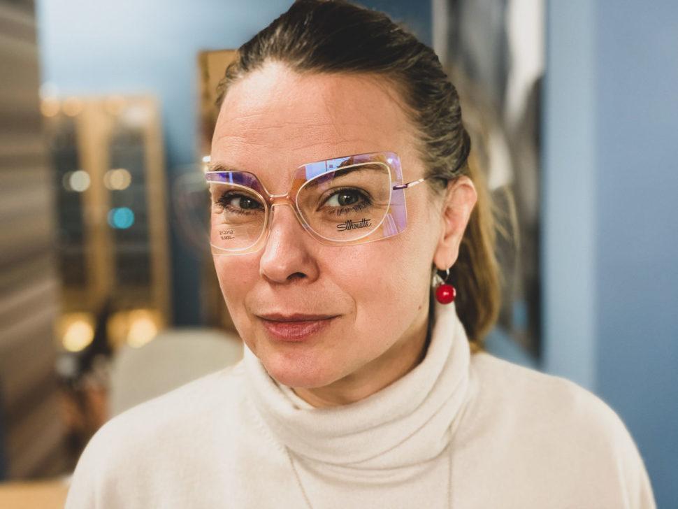 žena sdioptrickými brýlemi Silhouette