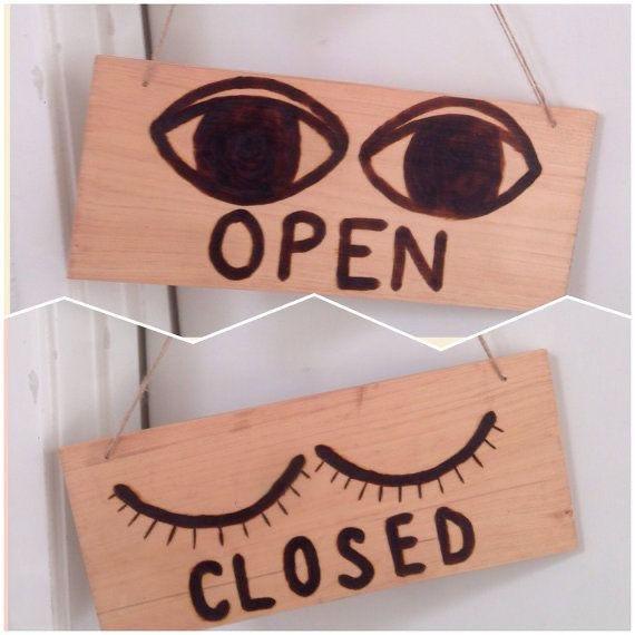 dřevěná cedulka otevřeno x zavřeno